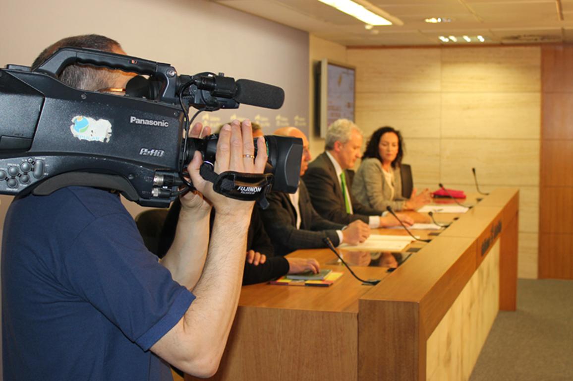 agencia de comunicación Logroño. Imagen de una rueda de prensa en Logroño